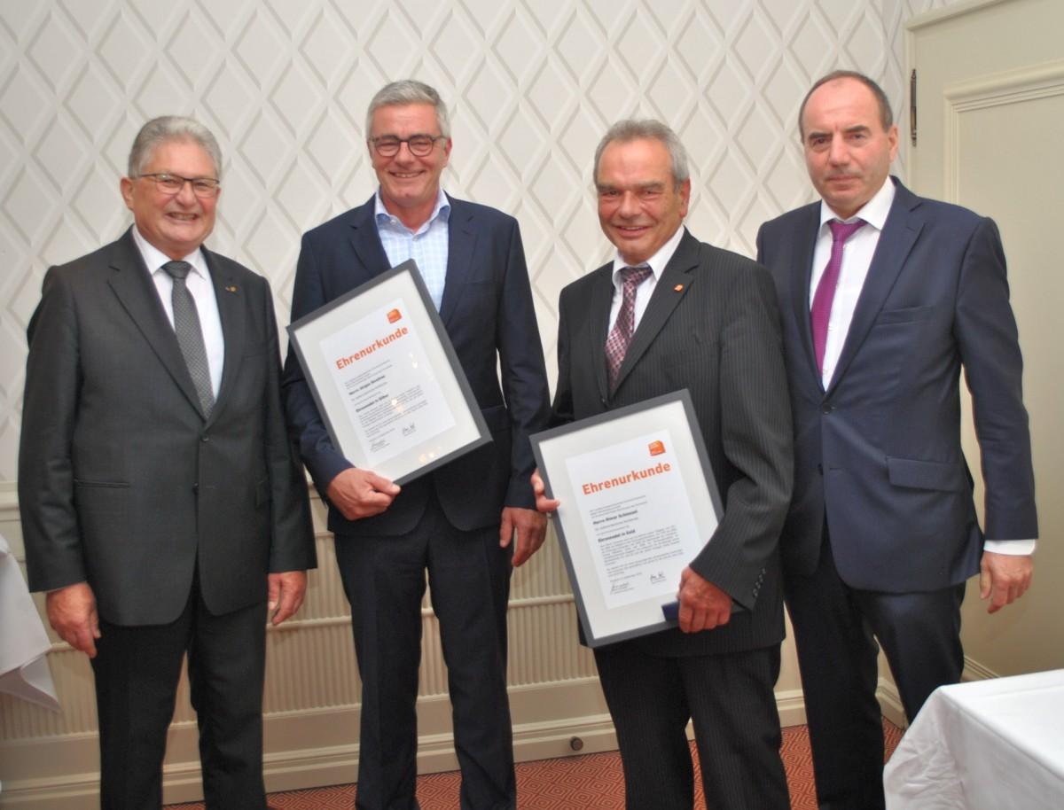 Zweiter von rechts Obermeister Otmar Schiessel, rechts Geschäftsführer des Landesfachverbandes Dr. Klaus Heß; ganz links Landesinnungsmeister Anton Gindele.